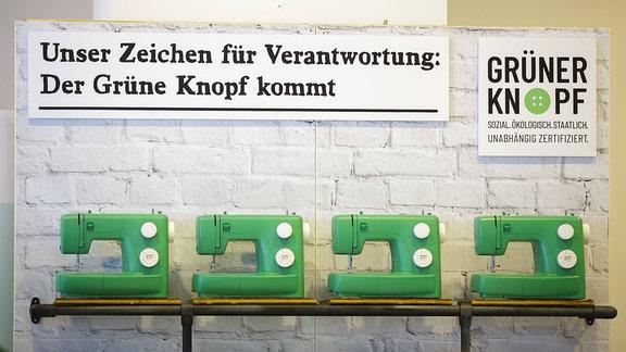 Nähmaschinen mit dem Logo des Siegels Der Grune Knopf