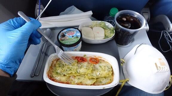 Mittagessen auf einer Flugreise in Zeiten der Corona-Pandemie.