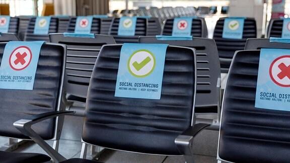 Wartebereich mit Schildern zum Social Distancing.