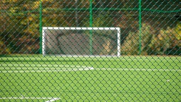 Blick auf einen leeren Fußballplatz