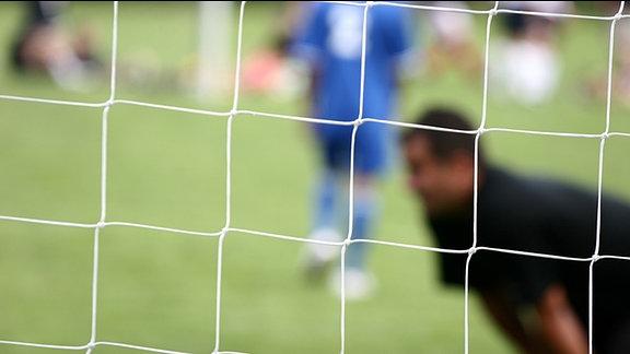 Blick durch das Netz eines Fußballtores