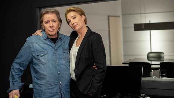 Jan Fedder (l.) und Saskia Fischer (r.) im Observierungsraum der neuen Wache.