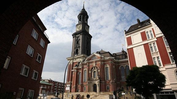 Blick durch einen Torbogen auf die Hauptkirche St. Michaelis Michel in Hamburg