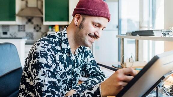 Ein mann arbeitet an einem Computer.