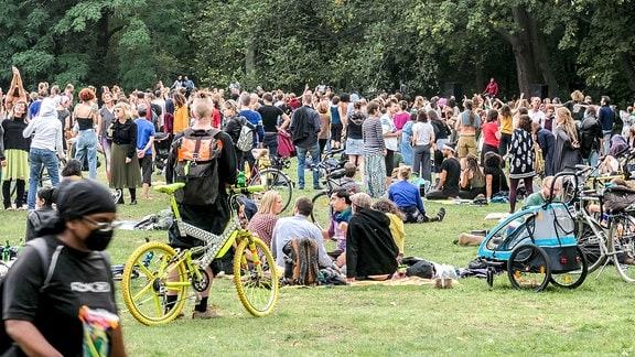 Junge Leute im Treptower Park in Berlin bei einer illegalen Goa-Party