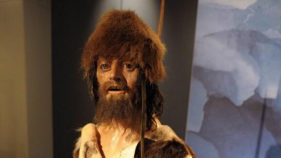 Gletscher-Mumie im Südtiroler Archäologiemuseum in Bozen - Ausstellungsraum mit Ötzi-Nachbildung