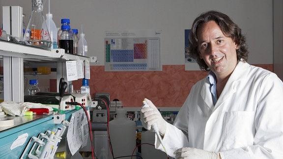 PD Dr. Albert Zink (Münchener) in Labor