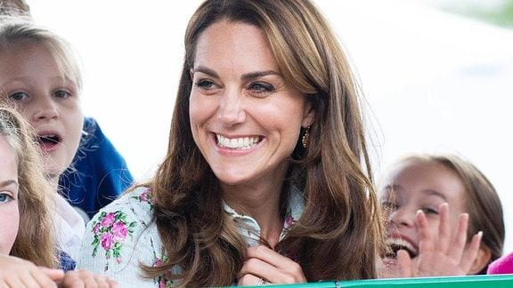 Kate Middleton umringt von Kindern.