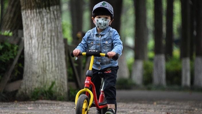 Kinder mit Masken töten