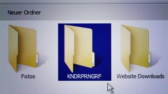 Dateiordner mit Aufschrift Kndrprngrf, Symbolfoto kinderpornografische Fotos im Internet.