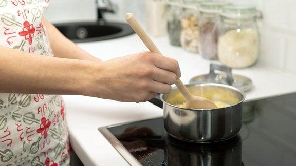 Eine Frau kocht