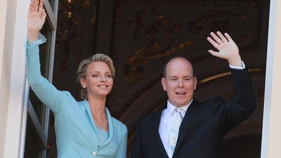 Fürst Albert II. und Fürstin Charlene winken