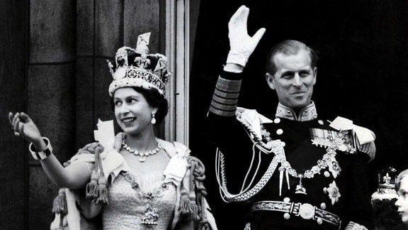 Königin Elizabeth II und ihr Mann Prinz Philip, Herzog von Edinburg, winken nach der prunkvollen Krönungszeremonie in der Westminster-Abtei in London am 02.06.1953 vom Balkon des Buckingham Palast.