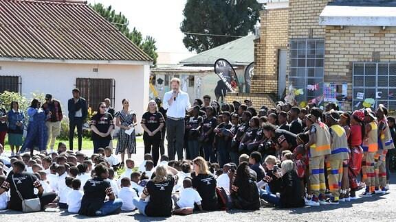 Meghan und Harry mit Kindern und Jugendlichen in Cape Town