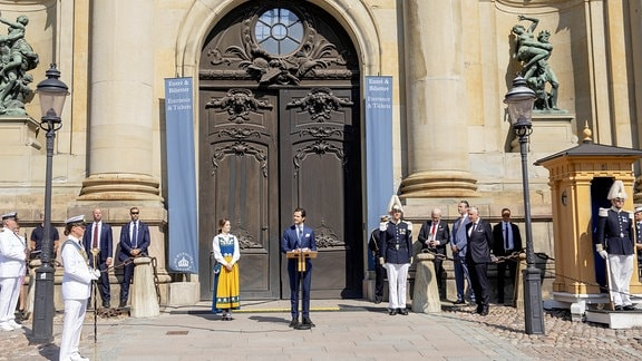 Prinz Carl Philip und Prinzessin Sofia von Sweden vor dem Königspalast