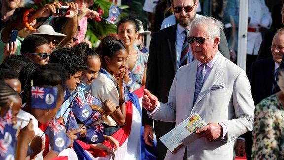 Prinz Charles interagiert mit Kindern während seiner Ankunft am Owen Roberts International Airport in George Town, Cayman Islands.