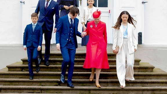 Prinzessin Mary, Prinz Frederik, Prinz Christian, Prinzessin Isabella, Prinz Vincent, Prinzessin Josephine und Königin Margrethe
