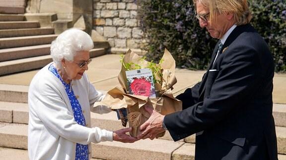 Königin Elizabeth II. erhält eine Duke of Edinburgh-Rose von Keith Weed, Präsident der Royal Horticultural Society, auf Schloss Windsor.