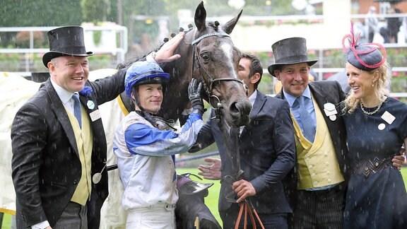Pferd mit Jockey, Trainer und Besitzern