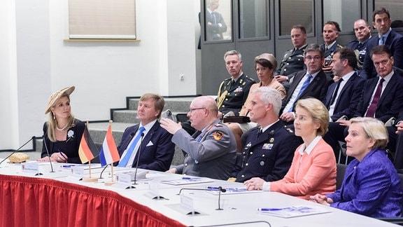 Bundesministerin der Verteidigung Ursula von der Leyen (CDU) empfängt zunächst ihre niederländische Amtskollegin Ank Bijleveld-Schouten und im Anschluss begrüßt die Bundesministerin seine Majestät König Willem-Alexander und Ihre Majestät Königin Mßxima der Niederlande zu einem Informationsbesuch im Einsatzführungskommando der Bundeswehr in Schwielowsee.