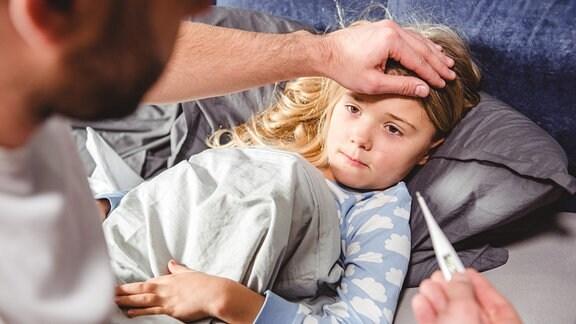 Ein krankes Kind liegt im Bett