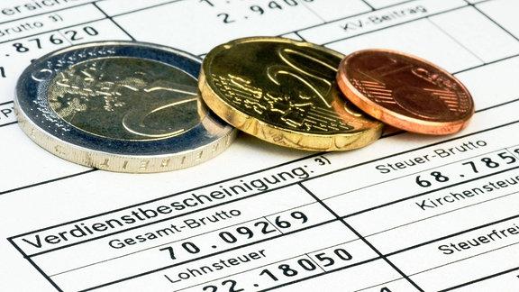 Euro-Münzen auf Lohnabrechnungs-Formular
