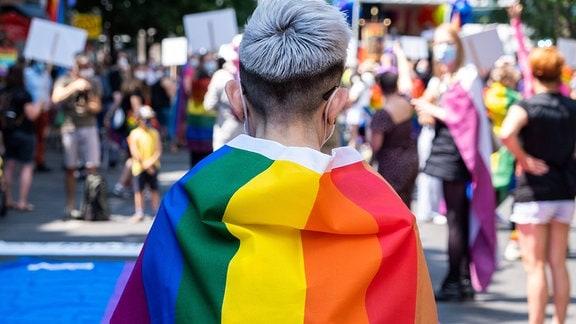 Mann mit Regenbogenflagge beim CSD Berlin