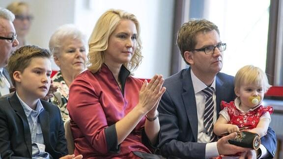 Manuela Schwesig mit ihrer Familie vor ihrer Wahl zur Ministerpräsidentin im Schweriner Landtag.