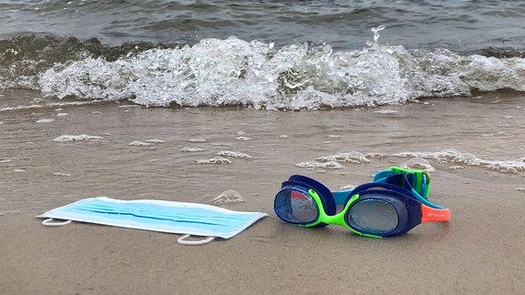 Mundschutz-Maske am Strand von Sellin auf Rügen.