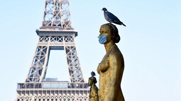Statue auf dem Place du Trocadero mit einer Schutzmaske gegen das Coronavirus.