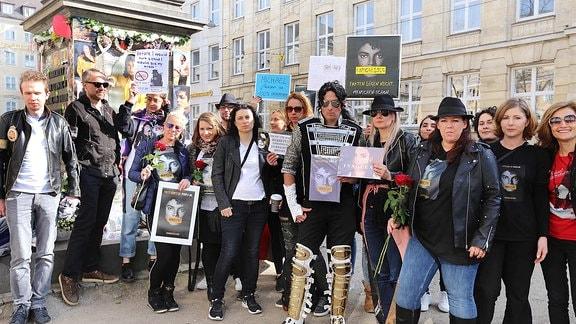 Am umstrittenen Denkmal für Michael Jackson vor dem Bayerischen Hof in München protestierten Fans.