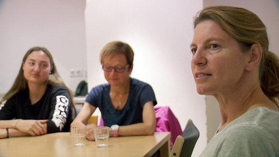 Zwei Frauen links im Bildhintergrund im Vordergrund schaut Ernährungswissenschaftlerin Michael Zwiener in die Kamera