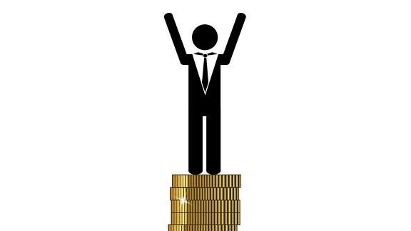 Reicher Mann steht auf Münzenstapel