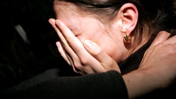 Eine weinende Frau