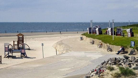 Am Weststrand stehen bereits die erste Strandkörbe und die Einheimischen nutzen das gute Wetter auf der Insel.