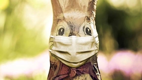 Schoko-Osterhase mit Schutzmaske