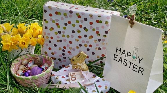 Ostergeschenke im Gras