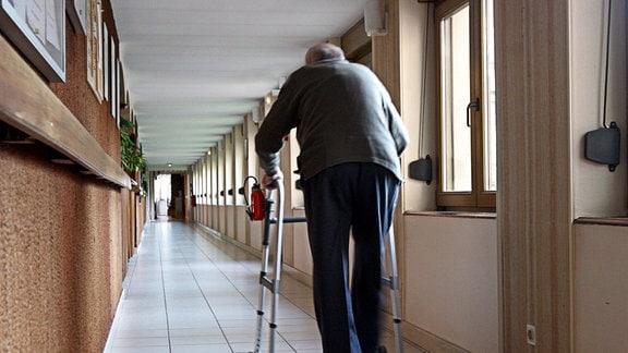 Mann mit Gehhilfe