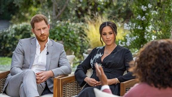 US-Moderatorin Oprah Winfrey (r) spricht bei einem Interview mit Prinz Harry von Großbritannien und seiner Ehefrau Herzogin Meghan.