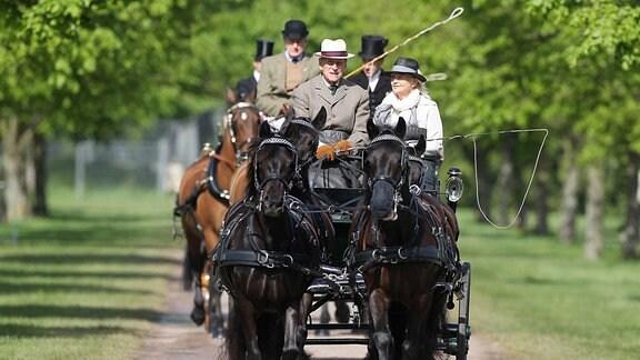Prinz Philip und Lady Penelope Knatchbull in einer Pferdekutsche
