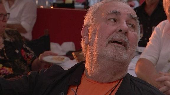 Star-Friseur Udo Walz schaut nach schräg rechts oben