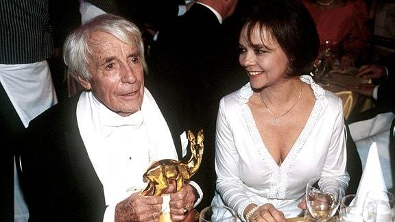 Johannes Heesters mit Ehefrau Simone Rethel und Bambi im Jahr 1997.