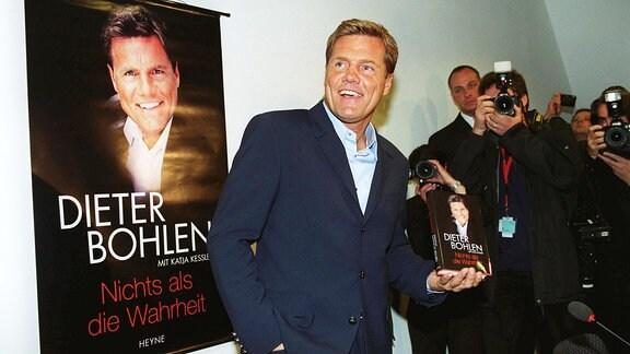Dieter Bohlen sieht lächelnd zur Seite.
