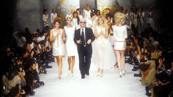 Karl Lagerfeld , Cindy Crawford, Linda Evangelista und Claudia Schiffer, 1996