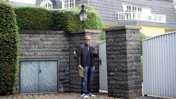 Dieter Bohlen vor seiner Villa in Tötensen morgens um 5 Uhr.