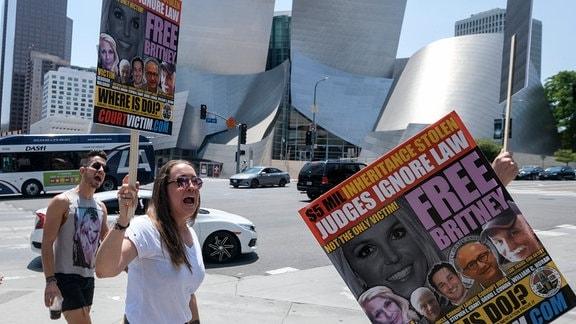 Unterstützer von Britney Spears demonstrieren mit Plakaten.