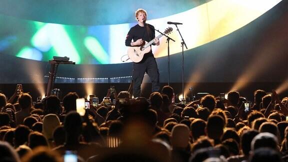 Ed Sheeran  auf der Bühne.