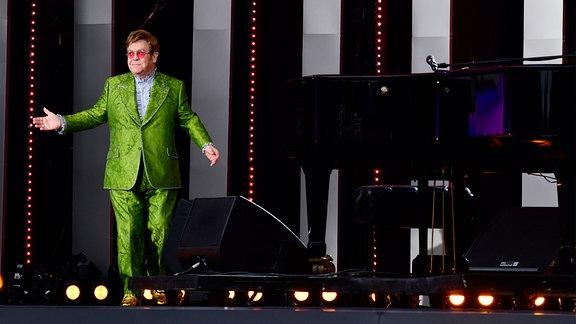 Elton John auf der Bühne.