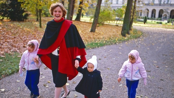 Gloria von Thurn und Taxis mit den Kindern Maria Theresia, Elisabeth und Albert