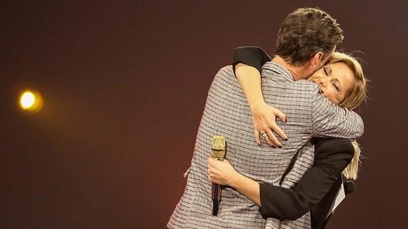 Helene Fischer umarmt Florian Silbereisen.